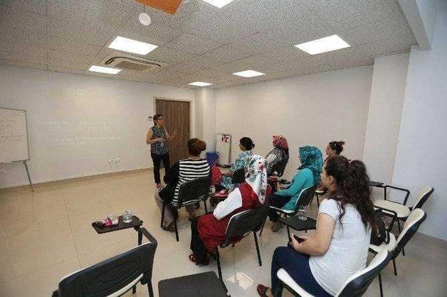 Gebelik Okulu Projesiyle Anne Adayları Eğitiliyor